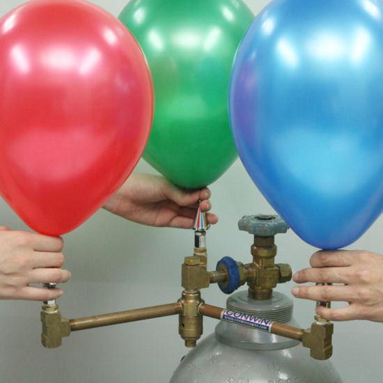 トリプルインフレーターを利用して3人でヘリウム風船を作成している様子。