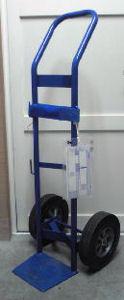 ヘリウムガス・ボンベのカートの発送の様子